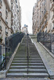 PARÍS FRANCIA - 22 DE NOVIEMBRE DE 2012: Paisaje urbano de París con las escaleras en ciudad vieja Imágenes de archivo libres de regalías