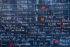 PARÍS, FRANCIA - 8 de noviembre de 2014 pared del amor creada por Freder Fotos de archivo