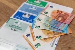 París, Francia - 15 de noviembre de 2018: La diversos declaración y billetes de banco franceses de impuestos en euros foto de archivo