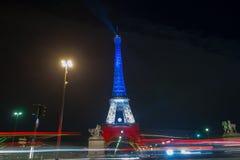 parís francia 24 DE NOVIEMBRE DE 2015: La torre Eiffel iluminada encima de ingenio Fotos de archivo