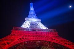 parís francia 24 DE NOVIEMBRE DE 2015: La torre Eiffel iluminada encima de ingenio Imagen de archivo libre de regalías