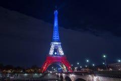 parís francia 24 DE NOVIEMBRE DE 2015: La torre Eiffel iluminada encima de ingenio Foto de archivo