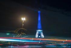 parís francia 24 DE NOVIEMBRE DE 2015: La torre Eiffel iluminada encima de ingenio Foto de archivo libre de regalías