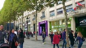 PARÍS, FRANCIA - 7 DE OCTUBRE DE 2017 Acera y escaparates famosos de la calle de Champs-Elysees fotografía de archivo