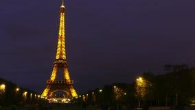 PARÍS, FRANCIA - 8 DE OCTUBRE DE 2017 Lapso de tiempo de la torre Eiffel iluminada en la noche almacen de metraje de vídeo