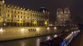 PARÍS, FRANCIA - DICIEMBRE, 31, 2016 Barco turístico de río Sena y la fachada occidental de la catedral famosa de Notre Dame almacen de metraje de vídeo