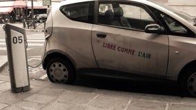 PARÍS, FRANCIA - DICIEMBRE, 31, 2016 Coche eléctrico de Autolib que es recargado en la calle Transporte ecológico moderno 4K almacen de metraje de vídeo
