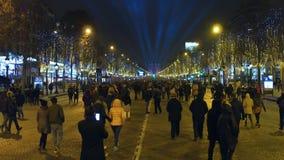 PARÍS, FRANCIA - DICIEMBRE, 31, 2016 Crowded adornó la calle y el arco triunfal famoso distante, arco de Champs-Elysees Imagen de archivo