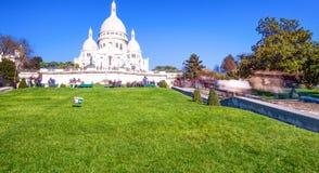 PARÍS, FRANCIA - DICIEMBRE DE 2012: Los turistas visitan el corazón sagrado Cathe Imagen de archivo libre de regalías