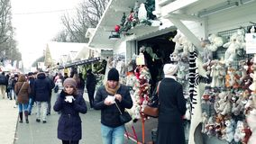 PARÍS, FRANCIA - DICIEMBRE, 31, 2016 Mercado de la Navidad tradicional y del Año Nuevo Especialidades, paradas del recuerdo Imagenes de archivo