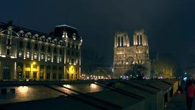 PARÍS, FRANCIA - DICIEMBRE, 31, 2016 Terraplén de río Sena y la fachada occidental de la catedral famosa de Notre Dame Foto de archivo libre de regalías