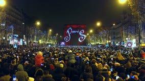 PARÍS, FRANCIA - DICIEMBRE, 31, 2016 Tiro de arriba de la demostración apretada de la calle y de la luz de Champs-Elysees en triu Foto de archivo libre de regalías