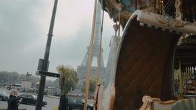 PARÍS, FRANCIA - EL AMI 6, 2017: La torre Eiffel y el carrusel felices van ronda en París, Francia, arquitectura francesa almacen de video