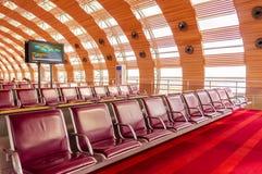 París, Francia, el 1 de abril de 2017: Zona de espera vacía del terminal de aeropuerto con las sillas Foto de archivo
