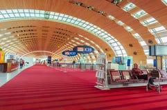 París, Francia, el 1 de abril de 2017: Zona de espera vacía del terminal de aeropuerto con las sillas Imagenes de archivo