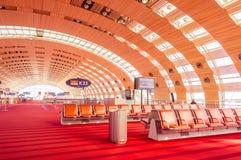 París, Francia, el 1 de abril de 2017: Zona de espera vacía del terminal de aeropuerto con las sillas Foto de archivo libre de regalías