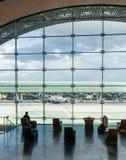 París, Francia, el 1 de abril de 2017: Mirar hacia fuera una ventana grande del elipsoide el aeropuerto de Charles De Gaulle Fotografía de archivo