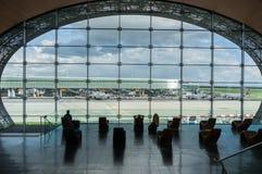 París, Francia, el 1 de abril de 2017: Mirar hacia fuera una ventana grande del elipsoide el aeropuerto de Charles De Gaulle Fotos de archivo libres de regalías