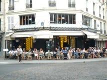 París, Francia, el 20 de agosto: clientes que se sientan en las tablas de aire abierto en una cervecería francesa tradicional imagen de archivo