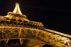 París, Francia, el 28 de marzo de 2017: Torre Eiffel en París por noche Imagen de archivo libre de regalías