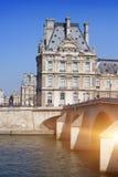 PARÍS, FRANCIA, EL 15 DE MARZO DE 2012: Vista del Louvre a través del puente el 14 de marzo de 2012 en París, Francia Fotografía de archivo libre de regalías