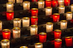 París, Francia, el 27 de marzo de 2017: Las filas de la leña encendieron velas votivas dentro de Notre Dame de Paris, Francia Fotos de archivo libres de regalías