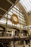 París, Francia, el 28 de marzo de 2017: Reloj de oro del ` Orsay del museo D El ` Orsay de Musee d es un museo en París, a la izq Fotos de archivo