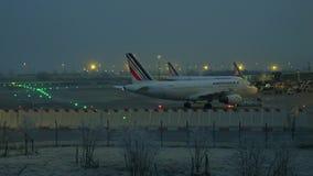 PARÍS, FRANCIA - ENERO, 1, 2017 Avión de Air France Airbus que es llevado en taxi en el estacionamiento de los aviones en el aero almacen de video
