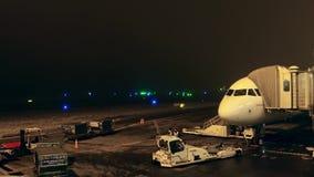 PARÍS, FRANCIA - ENERO, 1, 2017 Avión de pasajeros de Air France Airbus con el puente atado del jet en la noche vídeo 4K metrajes