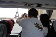 PARÍS, FRANCIA, EUROPA - turista rompe el tiro de la torre de Eifel en cámara del teléfono celular - 24 de julio de 2015 Imágenes de archivo libres de regalías