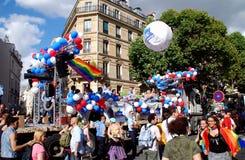 París, Francia: Flotador alegre del desfile del orgullo Foto de archivo