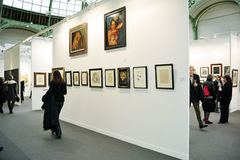 París, Francia, gente que visita al contemporáneo anual Imagen de archivo