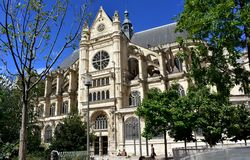 París, Francia, iglesia de Eustache del santo, Les Halles Fachada y parque góticos Día soleado, cielo azul imagen de archivo