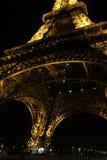 París, Francia - la torre Eiffel en noche marzo de 2010 Fotos de archivo libres de regalías