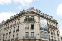 París, Francia las casas del 2 de junio de 2018 emergió en el verde de plantas, de árboles, y de flores Fotos de archivo