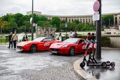 PARÍS, FRANCIA, naciones Unies del DES de la avenida - 25 DE MAYO DE 2019: Ferrari de alquiler en París Usted puede montar uno de fotografía de archivo