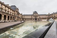 París Francia, noviembre de 2014: Día de fiesta en Francia - el Louvre durante la Navidad del invierno Imagen de archivo