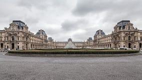 París Francia, noviembre de 2014: Día de fiesta en Francia - el Louvre durante la Navidad del invierno Imágenes de archivo libres de regalías