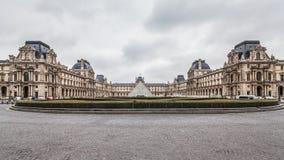 París Francia, noviembre de 2014: Día de fiesta en Francia - el Louvre durante la Navidad del invierno Foto de archivo