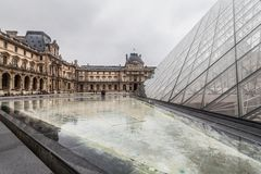 París Francia, noviembre de 2014: Día de fiesta en Francia - el Louvre durante la Navidad del invierno Foto de archivo libre de regalías