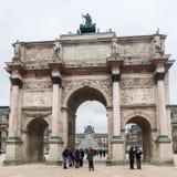 París Francia, noviembre de 2014: Día de fiesta en Francia - el Louvre durante la Navidad del invierno Imagen de archivo libre de regalías