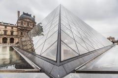 París Francia, noviembre de 2014: Día de fiesta en Francia - el Louvre durante la Navidad del invierno Fotos de archivo