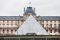 París Francia, noviembre de 2014: Día de fiesta en Francia - el Louvre durante la Navidad del invierno Fotografía de archivo libre de regalías