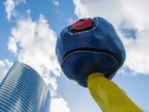 PARÍS, FRANCIA - OCTUBRE DE 2012: Gente no identificada de la escultura del ` s de Joan Miro Fotografía de archivo