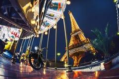 PARÍS, FRANCIA, octubre de 2013: La noche romántica en París con feliz va ronda, Francia, Europa Fotografía de archivo libre de regalías