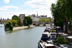 París, Francia Río Sena con los barcos e Ile de la Cite de Pont des Arts Vista del cuadrado de Vert Galant con el parque 17 de ag foto de archivo