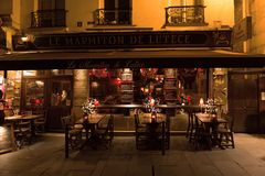 París, Francia, 10 12 2016 - tablas, sillas y entrada delantera de Fotografía de archivo libre de regalías