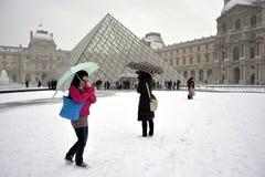 París, Francia, tormenta de la nieve del invierno, pirámide en el L Imagenes de archivo