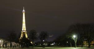 París, Francia - viaje a la noche Timelapse de la torre Eiffel almacen de video