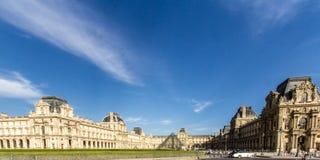 París, Francia - vista granangular de la entrada de cristal de la pirámide de Museum's del Louvre famoso imagenes de archivo